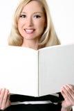 Frau mit geöffnetem unbelegtem Buch Lizenzfreies Stockfoto