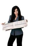 Frau mit geöffnetem Zeitungsmesswert. stockfotografie