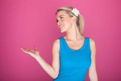 Frau mit geöffneter Palme für Produkt Lizenzfreie Stockbilder
