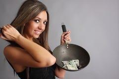Frau mit gebranntem Geld Stockfotos