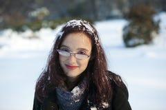 Frau mit gedämpften Gläsern im Schnee Stockfotografie