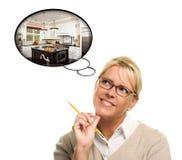Frau mit Gedanken-Luftblasen einer neuen Küche-Auslegung Stockbild