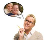 Frau mit Gedanken-Luftblasen von und von einem Kerl Stockfotos