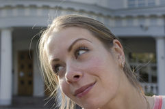Frau mit gedankenverlorenem Anstarren Lizenzfreie Stockfotografie
