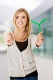 Frau mit geführter Glühlampe und Windmühle Stockfotografie
