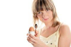 Frau mit gekochtem Ei lizenzfreie stockfotografie