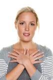 Frau mit gekreuzter Handfrau mit den gekreuzten Händen Stockbilder