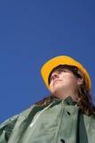 Frau mit gelbem Sturzhelm Lizenzfreie Stockbilder