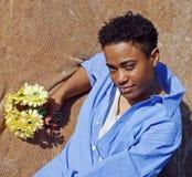 Frau mit gelben Blumen Stockbild