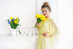 Frau mit gelben Tulpen Lizenzfreie Stockfotografie