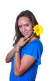 Frau mit gelber Blume lizenzfreies stockbild