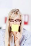 Frau mit gelber Karte auf ihrem Mund Stockbilder