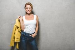 Frau mit gelber Lederjacke Stockbild