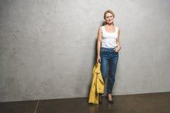 Frau mit gelber Lederjacke Stockfotos
