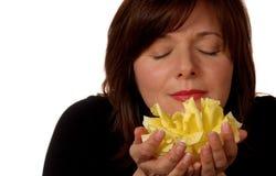 Frau mit gelber Rose lizenzfreies stockbild