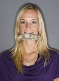 Frau mit Geld in ihrem Mund stockfoto