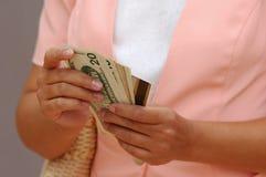 Frau mit Geld und einer Kreditkarte lizenzfreies stockbild