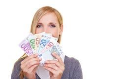 Frau mit Geldgebläse Lizenzfreie Stockfotografie