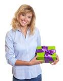 Frau mit gelocktem blondes Haar- und Weihnachtsgeschenk Lizenzfreies Stockfoto
