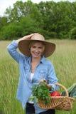 Frau mit Gemüsekorb Stockbild