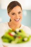 Frau mit Gemüsesalat stockfotografie