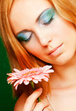 Frau mit gerber Blume Stockbild