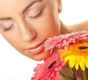 Frau mit gerber Blume lokalisiert auf weißem Hintergrund Stockbilder