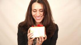 Frau mit Geschenk stock footage