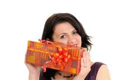 Frau mit Geschenk Lizenzfreie Stockfotos