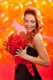 Frau mit Geschenk Lizenzfreie Stockfotografie