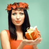 Frau mit Geschenk Lizenzfreie Stockbilder