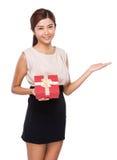 Frau mit Geschenk und Hand stellen mit leerem Zeichen dar stockbild