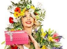 Frau mit Geschenkbox und Blume. Stockbild