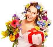 Frau mit Geschenkbox- und Blumenblumenstrauß. Stockfotografie