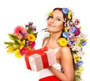 Frau mit Geschenkbox- und Blumenblumenstrauß. Stockbild