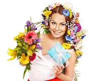 Frau mit Geschenkbox- und Blumenblumenstrauß. Lizenzfreie Stockfotos