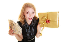 Frau mit Geschenkbox- und Politurgeldbanknote Stockfoto
