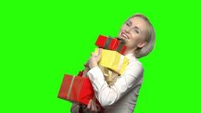 Frau mit Geschenkkästen stock video footage