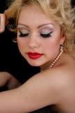 Frau mit geschlossenen Augen über Schwarzem Stockfoto