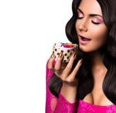 Frau mit geschlossenen Augen Kuchen essend Stockfotografie
