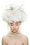 Frau mit geschlossenen Augen, perfektem Make-up und Rose Flowers Stockfoto