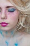 Frau mit geschlossenen Augen Professionelles modernes Make-up Blondes Haar Lizenzfreies Stockbild