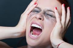 Frau mit geschmierter Wimperntusche schreiend lizenzfreie stockfotografie