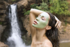 Frau mit Gesichtsmaske des blauen Lehms im Schönheitsbadekurort (im Freien) Stockbild