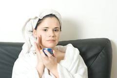 Frau mit Gesichtssahne stockfoto