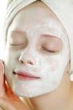 Frau mit Gesichtsschablone Lizenzfreies Stockfoto