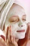 Frau mit Gesichtsschablone Stockfoto