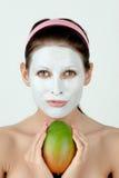 Frau mit Gesichtsschablone Stockbilder