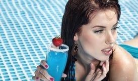 Frau mit Getränk im Pool Stockbild