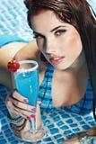 Frau mit Getränk im Pool Stockfotografie